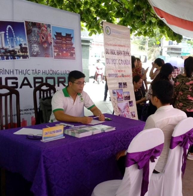 Hình ảnh sinh viên nghe tư vấn về chương trình thực tập Singapore 2018
