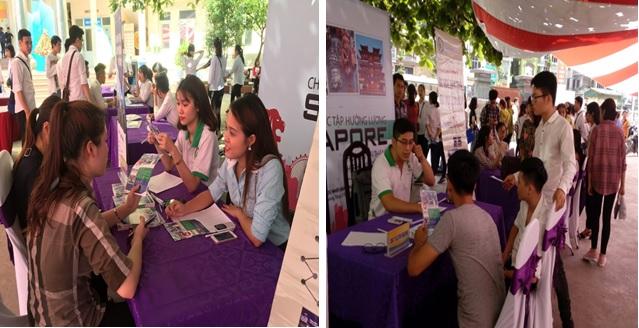 Hình ảnh các bạn sinh viên đến bàn hỗ trợ thông tin để được tư vấn trực tiếp về chương trình thực tập sinh 9 tháng tại Singapore