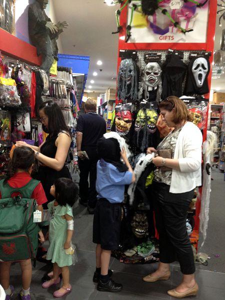 Gia đình Úc cùng nhau mua sắm cho Halloween